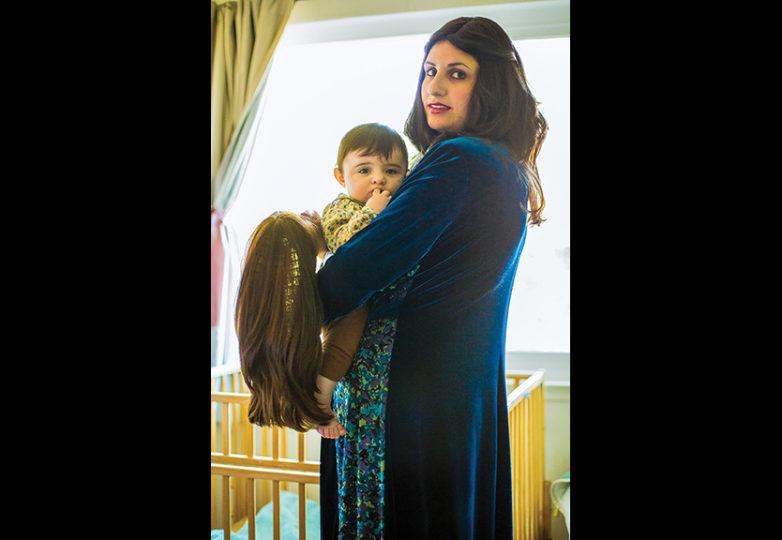 """""""La mujer judía se llama Akeret Habayit, que significa cimiento de la casa. Una vez que una mujer judía Chasidic se casa, su pelo se convierte en el mismo estado de cualquier parte privada en su cuerpo. La estamos criando con la tradición de que cuando se case, ella también se cubrirá el pelo. Veo mi peluca como mi corona"""". — Devorah Romano"""