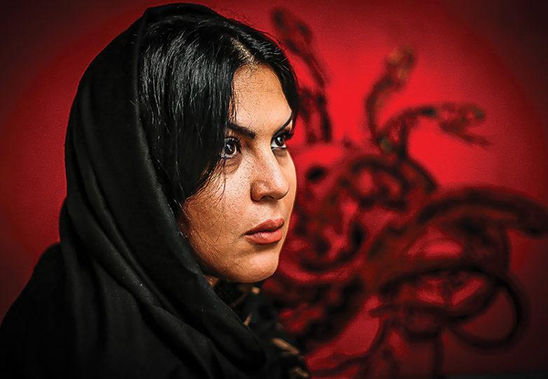 """""""En mi país, Irán, donde viví durante 36 años, ninguna de las mujeres de mi familia llevaba hiyab, pero después de que mi presidente cambió, hace 10 años, todas las mujeres tenían que usarla. En el Medio Oriente, hay mucho orgullo con respecto a las mujeres. Como artista, no podía mostrar mi trabajo, similar al que hay detrás de mí, porque pinto sobre las mujeres y sus experiencias"""". — Farnaz Zabetian"""