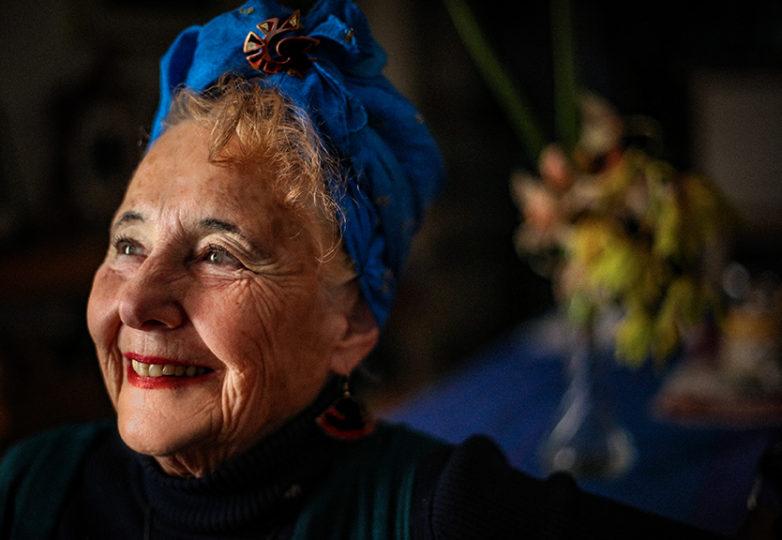 """""""Tengo 75 años, pero en mi mente tengo 25 años. Vine de Santiago de Chile en 1974 durante el golpe militar chileno. Cuando me despierto cada mañana, me miro en el espejo y sonrío. Perdí el amor de mi vida, pero él me enseñó a amar la vida. Acabo de terminar la quimioterapia. Tengo muy poco pelo… así que llevo este paño. Me encanta porque me da una sensación de confianza, y el broche solía ser de mi madre. Ella murió en 2002"""". — Eliana Kusnetzoff"""