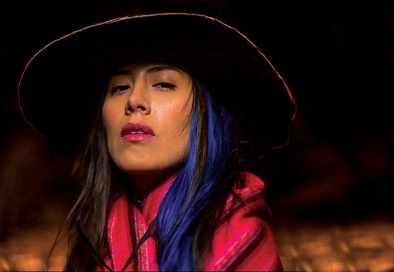 """""""Siempre estuve rodeada de todo el color mientras vivía en Perú, y ahora me encanta tener todo ese color a mi alrededor. El sombrero fue hecho por un artesano local en Lima, y la chalina es de mi ciudad natal, Arequipa. Estas piezas son muy importantes para mí porque me traen de regreso a casa; son un recordatorio de quién soy"""". — Lia Herrera"""