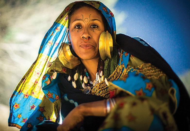 """""""Cuando empecé a aprender sobre mi linaje, me di cuenta de la importancia y lo especial que es el identificarse con esto a través de ropa y joyería tradicional. Estas son las cosas que transmitimos a nuestras hijas y que ellas, a su vez, transmitirán a las suyas. Sé que nuestros ancestros Fulani nos están sonriendo"""". — Divina Estrella"""