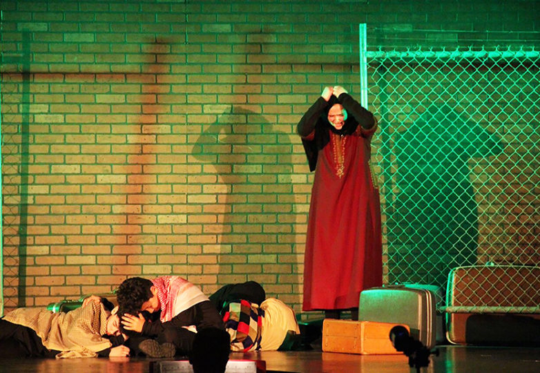"""Estudiantes de la secundaria James Lick Middle School en la obra musical """"Por Si Acaso: Historias de la Vida Inmigrante"""". Foto: Vincent Leddy"""