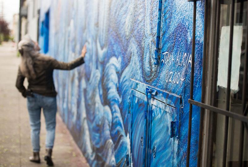 Juana Alicia habla sobre el mural que pintó, 'La Llorona', ubicado en las calles 24 y York en el Distrito de la Misión, el 20 de marzo de 2017. Foto: Beth LaBerge
