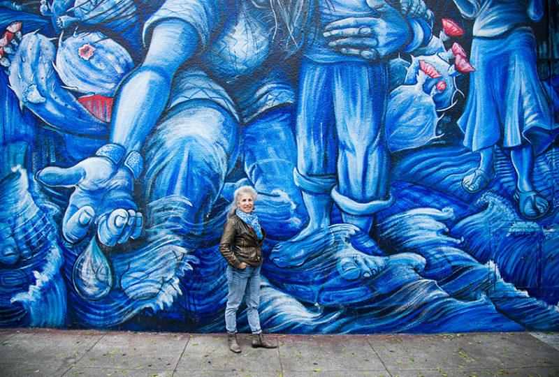 Juana Alicia en el mural 'La Llorona', en las calles 24 y York en la Misión. Foto: Beth LaBerge