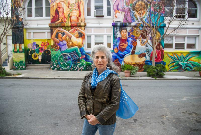 La muralista, Juana Alicia, en el Edificio de las Mujeres en San Francisco, el 20 de marzo de 2017. Ella pintó este mural junto con seis artistas en 1994. Foto: Beth LaBerge