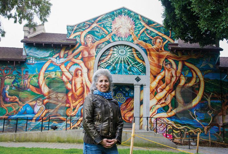 Juana Alicia frente a su mural 'Árbol Nuevo Mundo' en la Piscina Misión, en San Francisco, el 20 de marzo de 2017. El mural fue creado por ella junto con los artistas Susan Cervantes y Raúl Martínez. Foto: Beth LaBerge