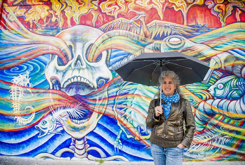 Juana Alicia, frente a su más reciente trabajo, 'Derrame' en Berkeley. Foto: Beth LaBerge