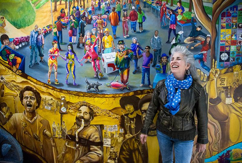 La muralista e instructora del City College en Berkeley, Juana Alicia, en un mural hecho por sus alumnos, en el campus de esa institución. Sus alumnos pintaron en el mural una figura que guarda semejanza con ella. Foto: Beth LaBerge