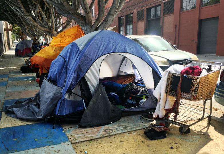 La casa de campaña de Luis Góngora, abandonada en la calle Shotwell, entre las calles 18 y 19, poco después de que Góngora fuera acribillado fatalmente por agentes del SFPD. Foto Joel Angel Juárez