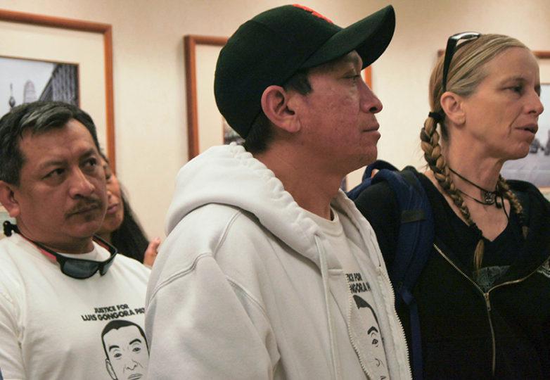 Luis Poot Pat y José Góngora Pat, primo y hermano de Luis Góngora Pat, respectivamente, escuchan al abogado, Adante Pointer, el 13 de marzo de 2017, conforme se recapitula la fecha del juicio, establecida para el 22 de octubre de 2018. Foto: Karen Sanchez