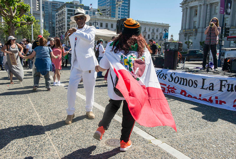 Miles reunidos en el Centro Cívico tras la marcha del 'Día Sin Inmigrantes'.  Foto: Desiree Rios