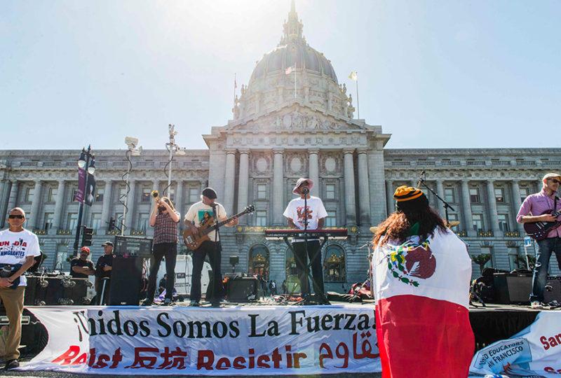 Miles se reúnen para celebrar en frente del Centro Cívico el lunes primero de mayo, luego de participar en la marcha por el 'Día Sin Inmigrantes'. Foto: Desiree Rios