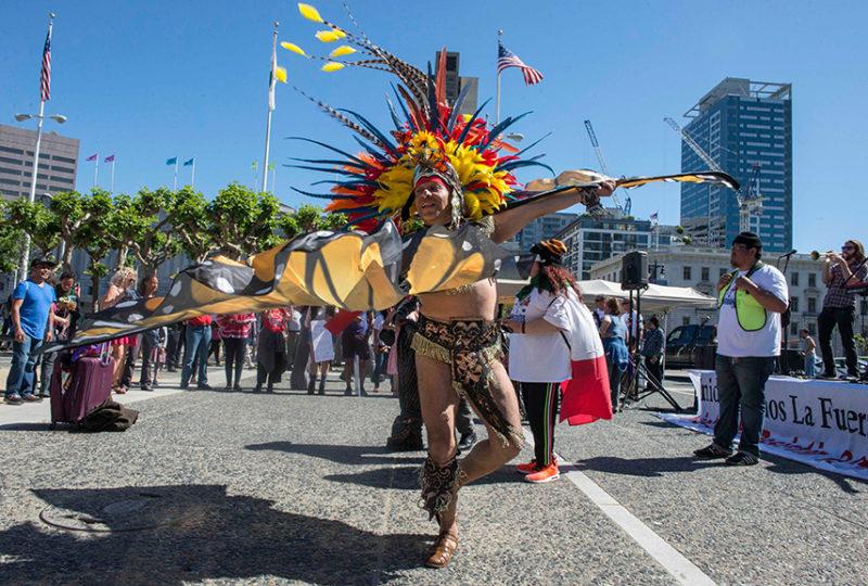 Jaime Martínez-Castro, danza frente al Ayuntamiento luego de la realización de la marcha del primero de mayo. Foto: Desiree Rios
