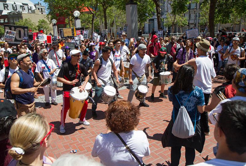El grupo local de percusiones, Loco Bloco, toca en el Centro Cívico durante el 'Día Sin Inmigrantes' el primero de mayo de 2017. Foto: Drago Rentería