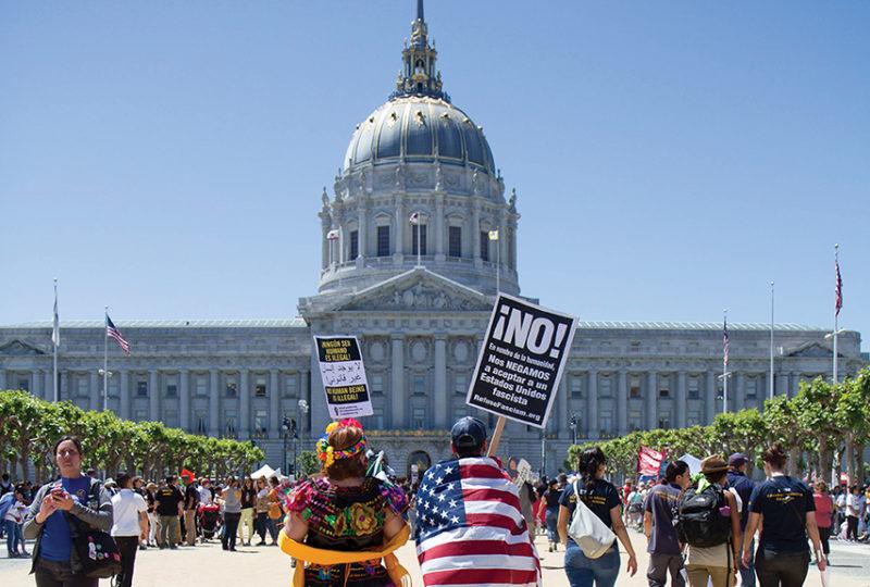 Mercedes y Adán Meneses participan en la manifestación del primero de mayo, el 'Día sin Inmigrantes'. Foto: Drago Rentería