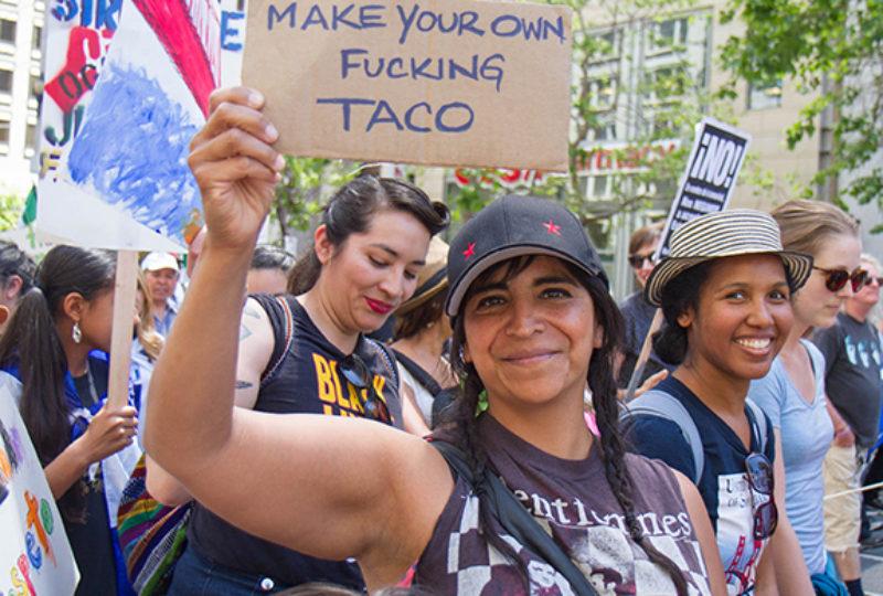 Miles marchan en Market Street en camino a  Centro Cívico durante la marcha del 'Día Sin Inmigrantes'. Foto: Drago Rentería