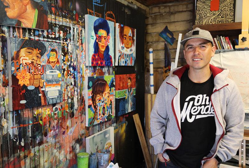 Sam Rodriguez en su estudio el 12 de mayo, donde ha estado trabajando en la creación de Caras de la Misión, una exhibición en la Galería Juan R. Fuentes. Foto: Elizabeth Gonzalez