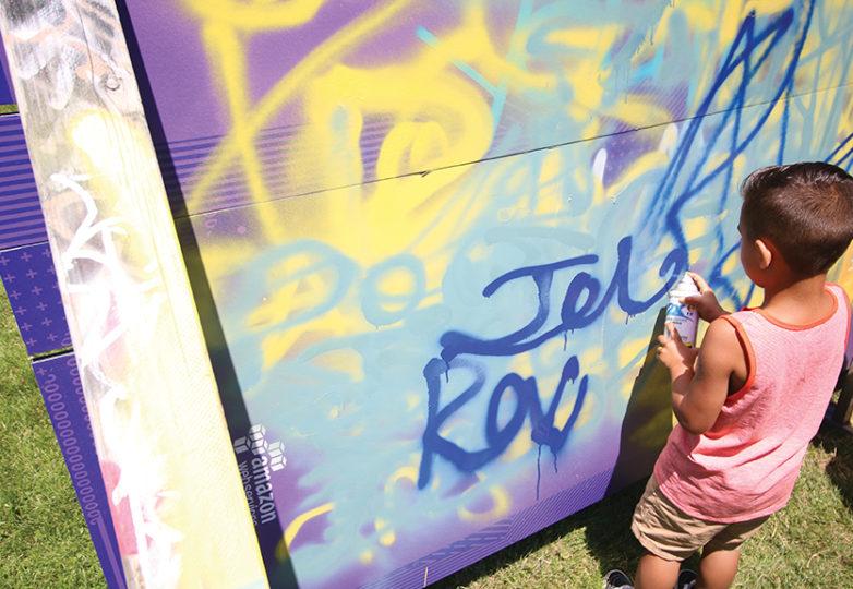 Niños pintan con aerosol en lienzos improvisados, en el marco del Urban Youth Arts Festival que el 22 de julio de 2017 llevó a cabo el Precita Eyes en el parque Precita. Foto por Erica Marquez.