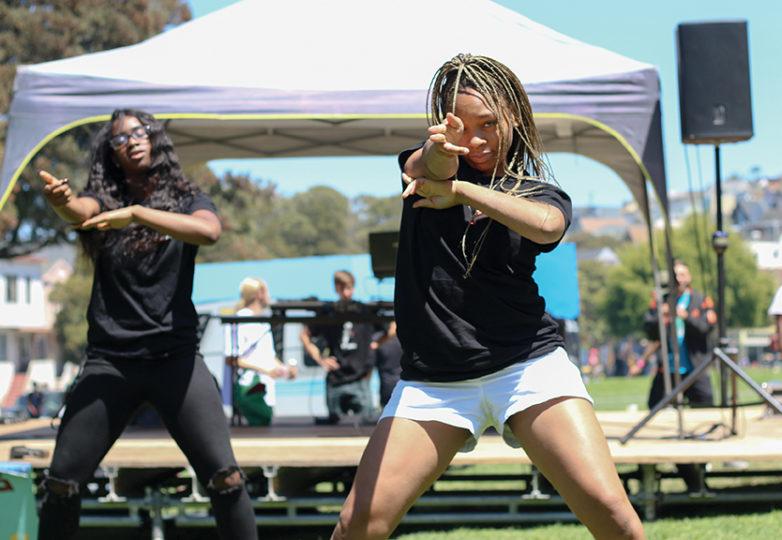Mimi Mix'd durante su presentación en el Urban Youth Arts Festival el 22 de julio de 2017 en el parque Precita. Foto por Erica Marquez.