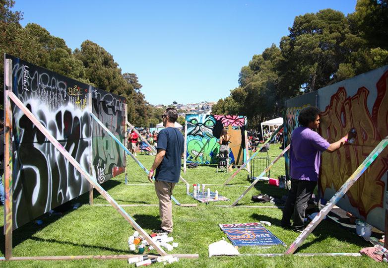Precita Eyes llevó a cabo el Urban Youth Arts Festival el 22 de julio de 2017 en el parque Precita. Se colocaron lienzos improvisados a lo largo del parque donde niños y adolescentes pintaron. Foto: Erica Marquez.