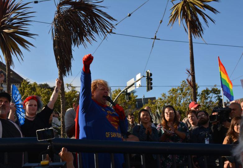 Una mujer transgénero vestida como Supergirl compara la administración de Trump con Lex Luthor, el 26 de julio de 2017. Foto: Jay Garcia
