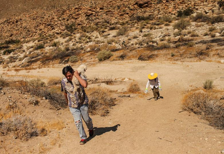 John William Hunter (izquierda) y su esposa Laura Celina Hunter, regresan a su vehículo luego de rellenar con agua las estaciones para migrantes a lo largo de la frontera México-EEUU, en Carrizo Gorge en Imperial Valley, afuera de Ocotillo, California. Foto: Joel Angel Juárez