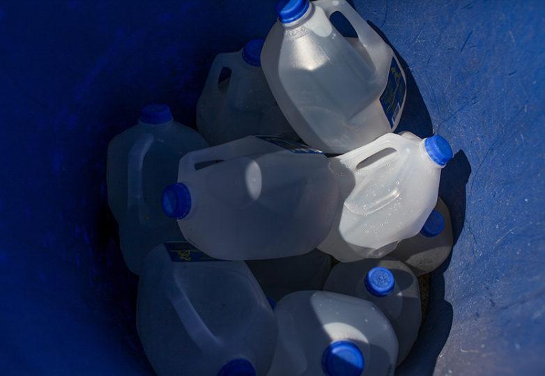 Galones de agua son colocados afuera de un contenedor en Carrizo Gorge en Imperial Valley, para los inmigrantes que cruzan de México a EEUU por Ocotillo, California. Water Stations ha instalado 150 contenedores de agua a lo largo de Imperial Valley cubriendo un área total de 120 kilómetros lineales. Foto: Joel Angel Juárez