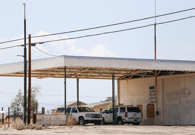 Vehículos de la policía fronteriza estacionadas en una gasolinera abandonada en Ocotillo, California, a unos 12 kilómetros al norte de la frontera México-EEUU. Foto: Joel Angel Juárez