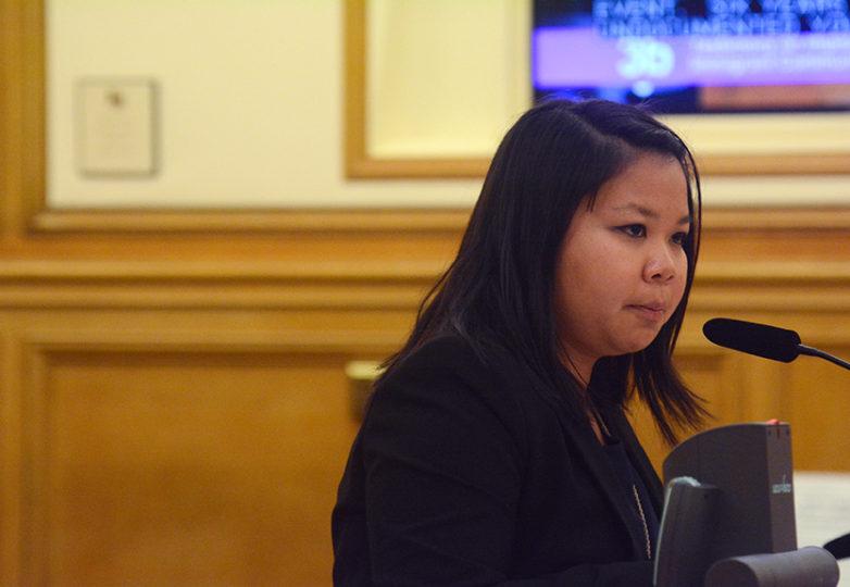 Hong Mei Pang, director del programa de inmigración de la Chinese for Affirmative Action, habla durante una audiencia mientras beneficiarios de DACA y grupos pro derechos de inmigrantes se reúnen en la Oficina de Participación Cívica y Asuntos de Inmigración, el lunes 11 de septiembre de 2017. Foto: Aaron Levy-Wolins