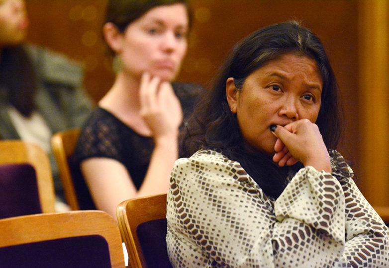 Una espectadora en la audiencia observa a los receptores de DACA y los grupos de derechos de los inmigrantes reunidos con la Oficina de Participación Ciudadana y Asuntos de Inmigración (OCEIA). Foto: Aaron Levy-Wolins