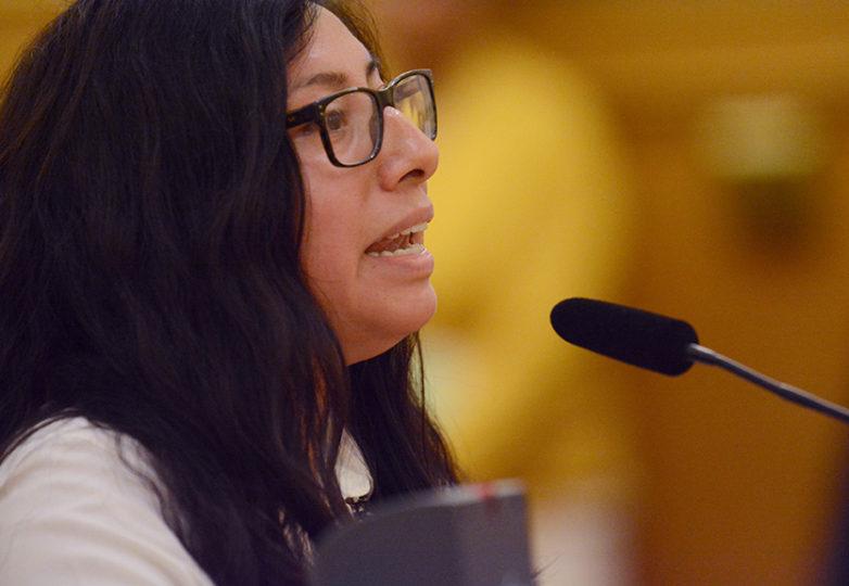 Mayra Jaimes, de 29 años, coordinadora del programa DreamSF, habla durante una audiencia mientras que beneficiarios de DACA y miembros de grupos de derechos de migrantes se reúnen en las oficinas de la OCEIA. Foto: Aaron Levy-Wolins