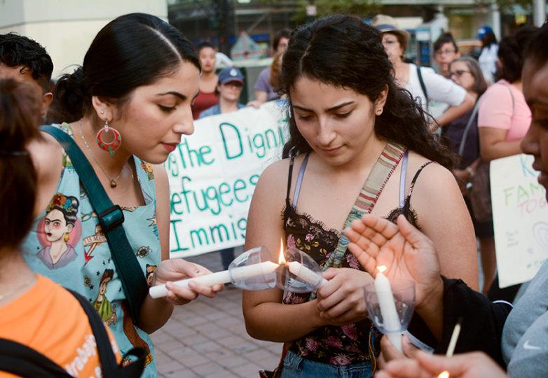 Las beneficiarias de DACA, las hermanas Mayra Alcaraz (a la izquierda), de 24 años, estudiante de ingeniería civil de Fremont, California y Daniela Alcaraz (a la derecha), de 18 años, encienden velas junto a otros receptores del programa durante la vigilia llevada a cabo en Oakland. Foto: Aaron Levy-Wolins