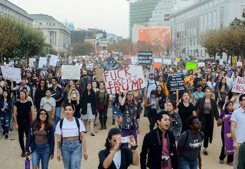 Manifestantes marchan por la calle Market el 5 de septiembre. Foto: Aaron Levy-Wolins