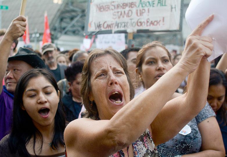 Muriel Scala, de 52 años, hijo de un inmigrante de Nicaragua y trabajadora social retirada, grita durante la marcha en apoyo a los beneficiarios DACA. Foto: Aaron Levy-Wolins