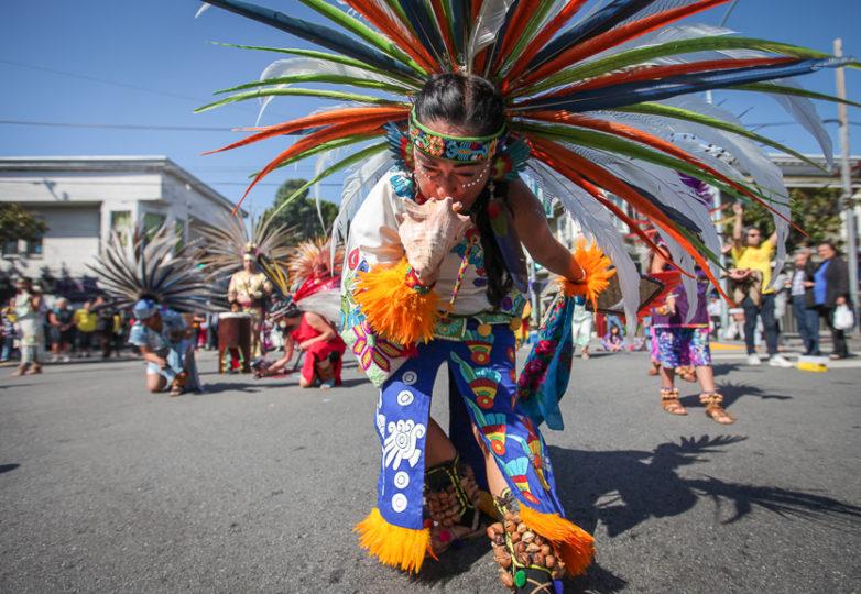 Actuación del Grupo de Danza Azteca Xitlalli durante la Fiesta de las Américas de la Calle 24, en la gran apertura en las calles 24 y Harrison, del Distrito Mision en San Francisco.