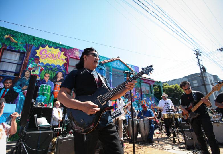 La banda Dakila participa en el escenario de Rock Latino ubicado en las calles 25 y York, durante la develación del mural Richard Segovia House of Latin Rock, todo ello, dentro del marco de la Fiesta de las Américas.