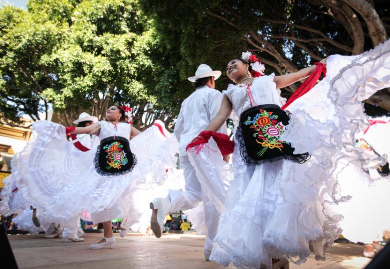 Participación del Ballet Folklórico Cuicacalli en el escenario Brava ubicado en las calles 24 y Hampshire durante la Fiesta de las Américas en San Francisco.