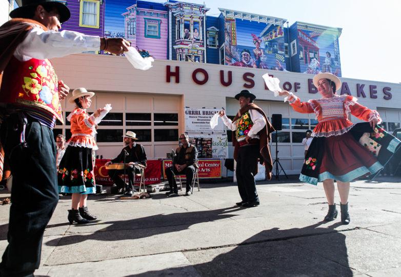 Bailarines del Valverde Dance Theatre actúan frente a House of Breaks en la calle 24 durante el evento Fiesta de las Américas.