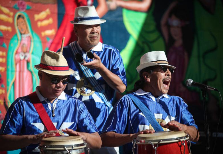 El grupo de la Escola Nova Samba afuera de House of Breaks, en la calle 24 de la Misión, durante la Fiesta de las Américas.