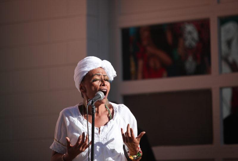 An Escola Nova de Samba performer sings during a dance performan