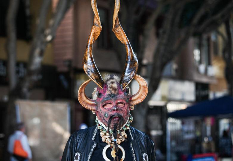 Un hombre de nombre 'José' porta una máscara y camina por la calle 24 durante la Fiesta de las Américas.