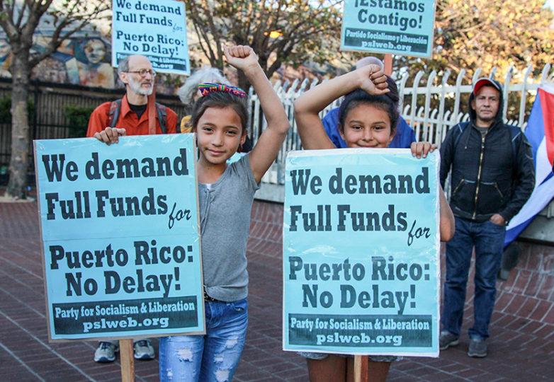 Las primas Liliana Avilés (a la izquierda) y Anina Pascasio (a la derecha) posan para una fotografía y para demostrar su apoyo el 3 de octubre. Foto: Adelyna Tirado