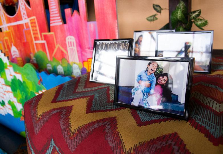 Un retrato de Susana Robles Desgarennes y su hija de cuatro años, Angel, colocado en el altar por el Día de los Muertos que algunos de sus profesores crearon en su honor. Foto: Mabel Jiménez