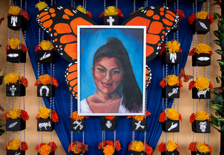 Un altar para el Día de los Muertos en honor a Susana Robles Desgarennes, miembro de la comunidad de la Misión quien falleció el 30 de septiembre en Dolores Heights. Tras su muerte, sus antiguos profesores realizaron el altar en el Centro Cultural de la Misión para las Artes Latinas. Foto: Mabel Jiménez