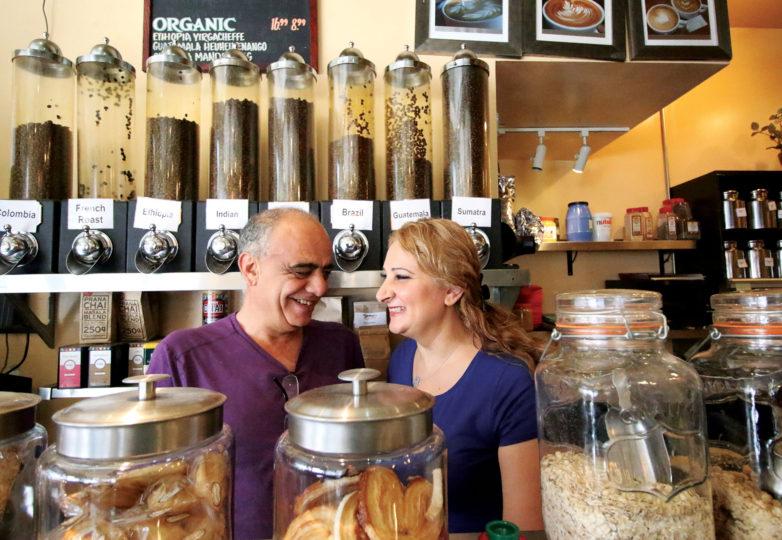 Lamea Abuelrous y su esposo Hany, trabajando juntos detrás del mostrador, en su negocio, Temo's Café el 17 de septiembre. Foto: Erica Marquez