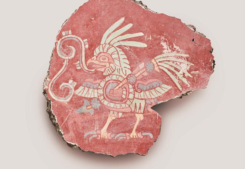 Fragmento de mural (ave con escudo y lanza). Agregado de tierra, yeso de cal, y pigmentos minerales. 500–550. Cortesía: Fine Arts Museums of San Francisco