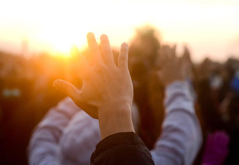 Participantes elevan sus manos al amanecer durante la ceremonia del Amanecer de los Pueblos Indígenas, celebrada en Alcatraz el jueves 23 de noviembre de 2017. Foto: Aaron Levy-Wolins