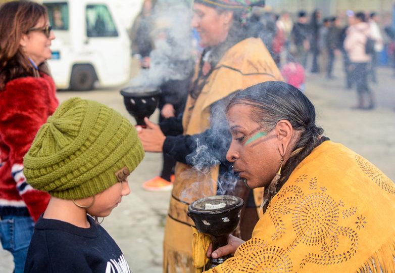 Star Talker, de 42 años, una trabajadora de luz divina, marca a una joven participante durante la ceremonia del amanecer en la isla de Alcatraz. Foto: Aaron Levy-Wolins