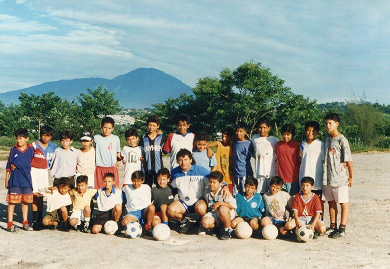 El entrenador Riccardo Oliva trabajando con jóvenes en El Salvador. Cortesía: Sage Oliva