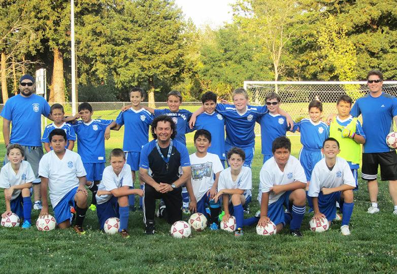 El entrenador Riccardo Oliva trabajando con jóvenes. Cortesía: Sage Oliva